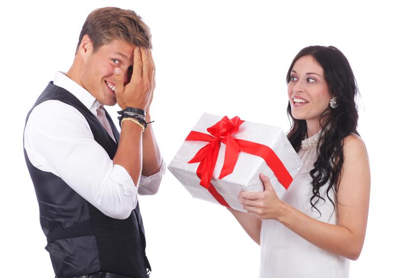 Glckliches Paar mit Geschenk - berraschung
